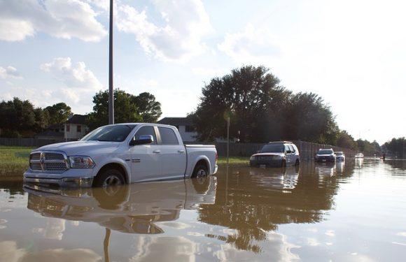 4วิธีปฏิบัติเมื่อต้องขับรถยนต์ลุยน้ำท่วม!