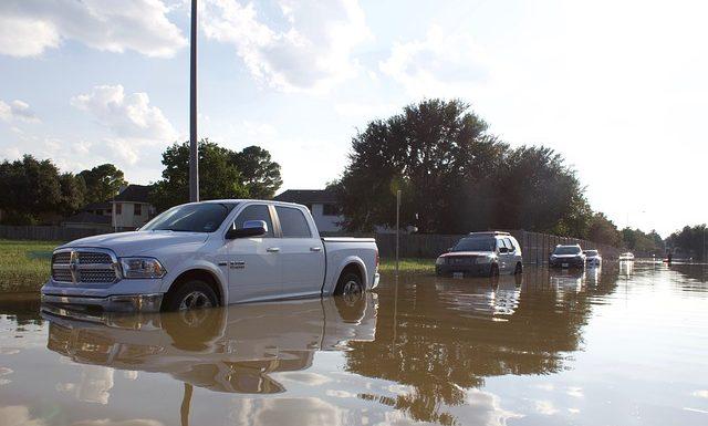 4 วิธีปฏิบัติเมื่อต้องขับรถลุยน้ำ ในช่วงเวลาที่มีน้ำท่วมขังบนถนน
