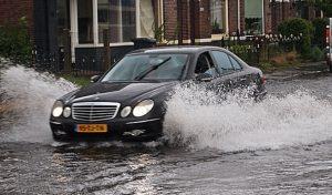 อันตรายจากการขับขี่ยานพาหนะช่วงฝนตก และในบริเวณที่มีน้ำขัง